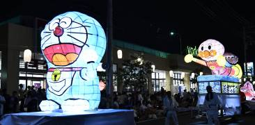 leuchtende Figuren bei einer Nebuta Matsuri Parade