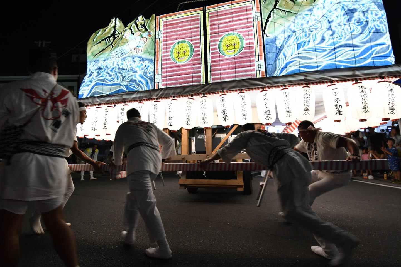 Männer tragen einen Schrein bei einer Parade in Japan