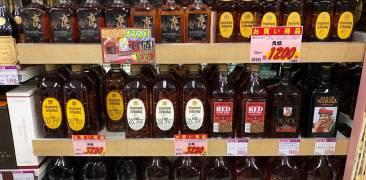 Alkoholregal in japanischem Supermarkt
