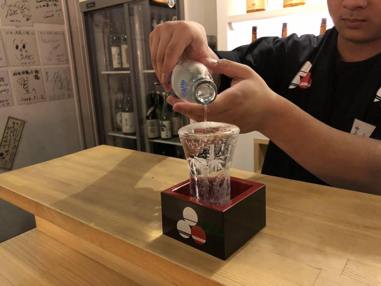 Japanischer Alkohol wird in ein Glas gegossen