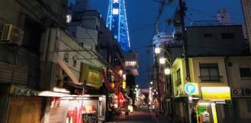 Straße und Häuser in Airin-chiku bei Nacht