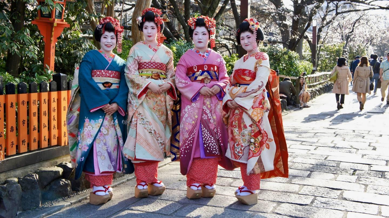 junge Japanerinnen in Kimono