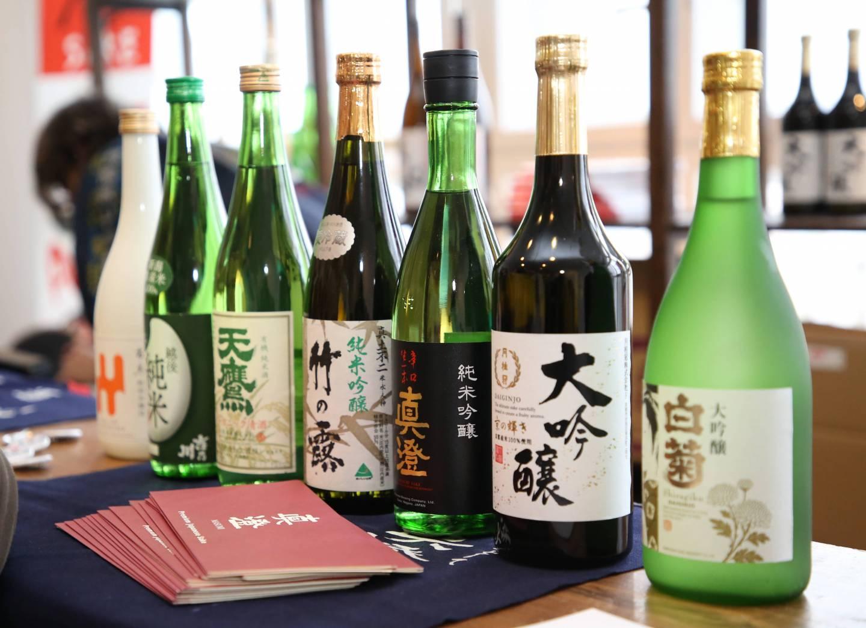 verschiedene Sake-Flaschen