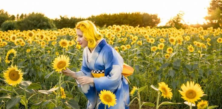 Anji Salz in einem Sonnenblumenfeld