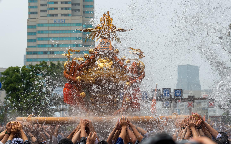 Eine Schreinparade beim Fukagawa Hachiman Matsuri