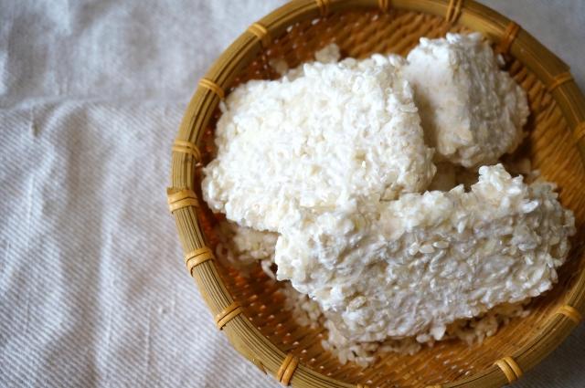 Koji: mit dem Koji-Pilz Aspergillus oryzae vermengter Reis