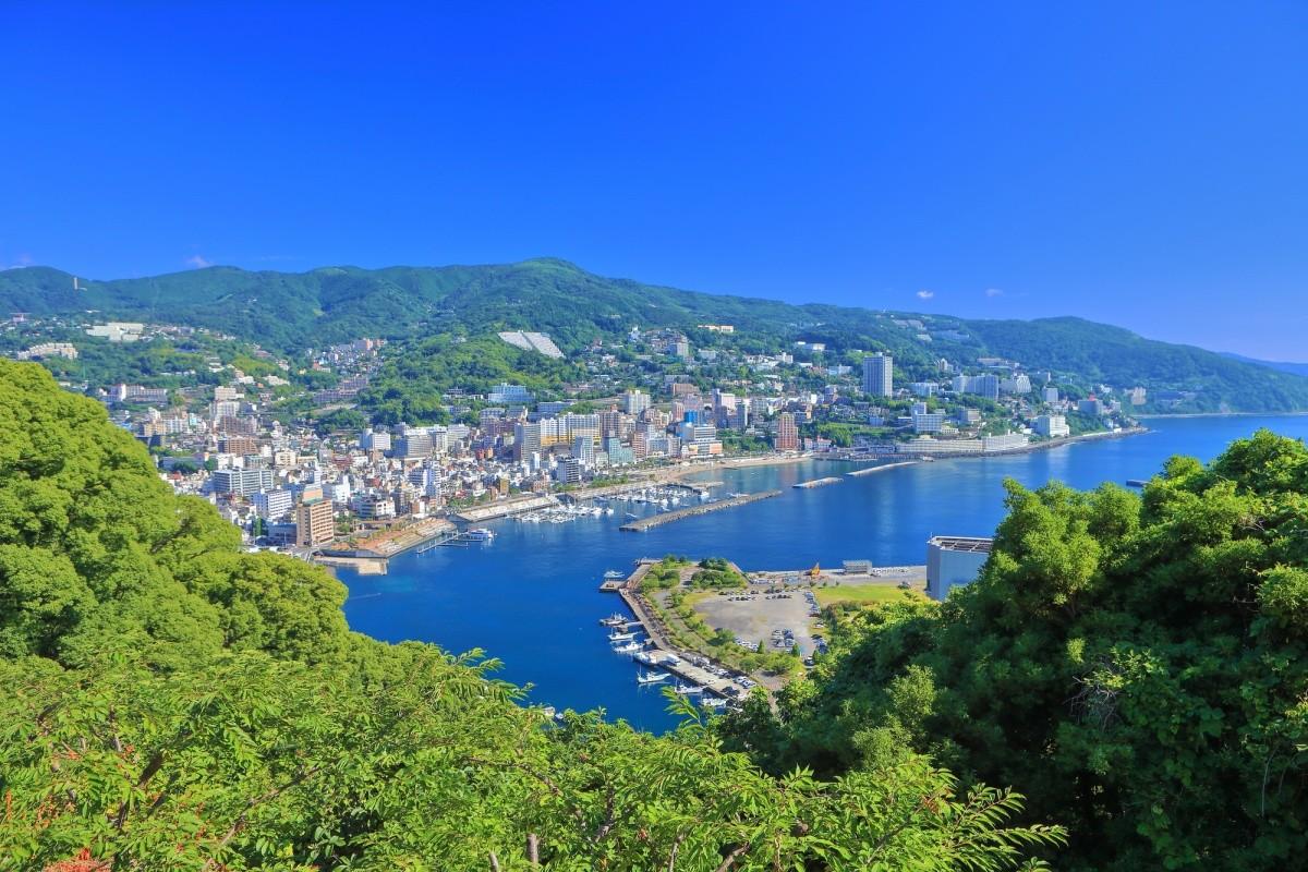Blick auf die Küste von Atami