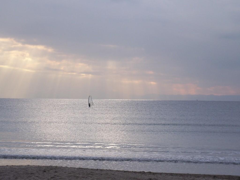 ein Windsurfer auf dem Meer