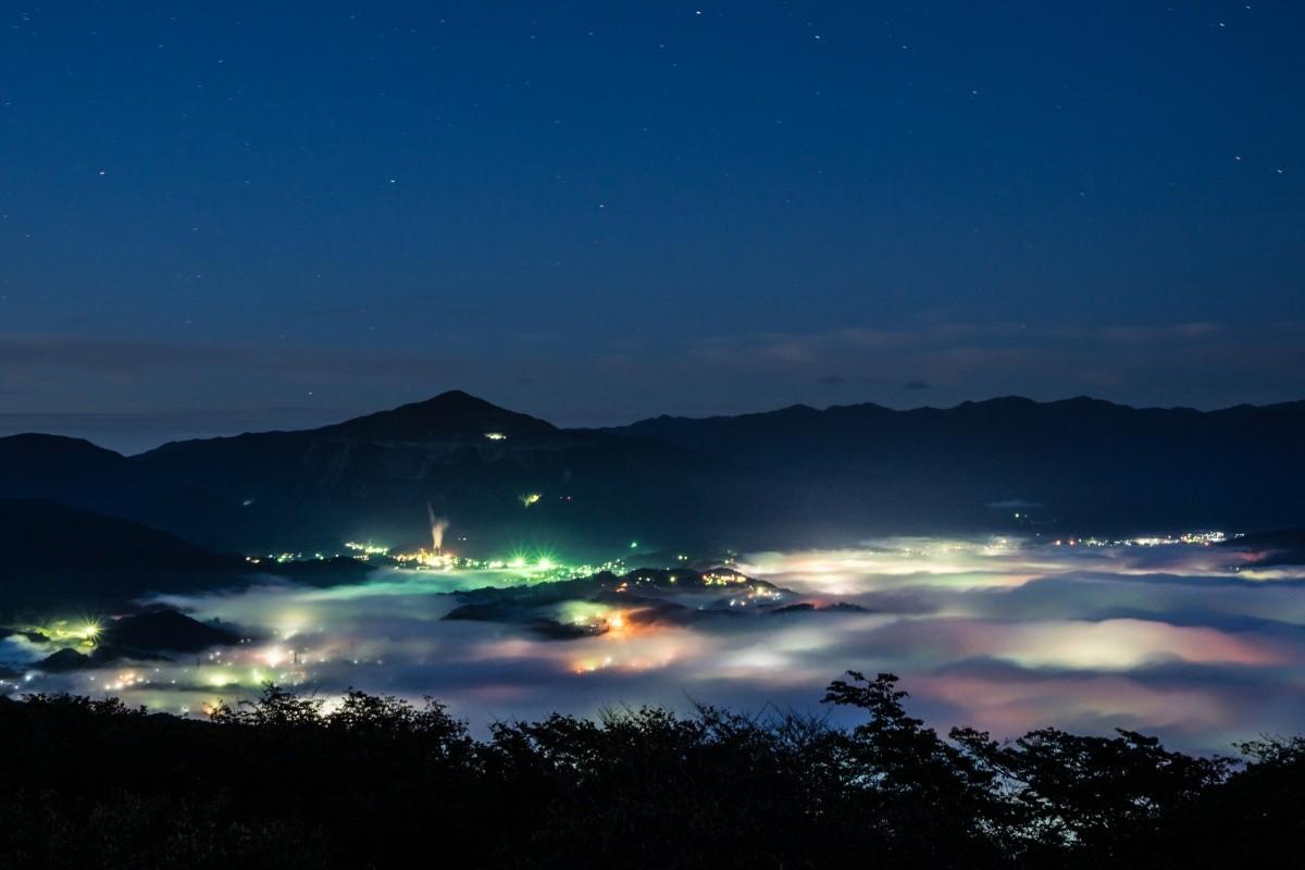 Blick auf Wolkenmeer über Chichibu bei Nacht