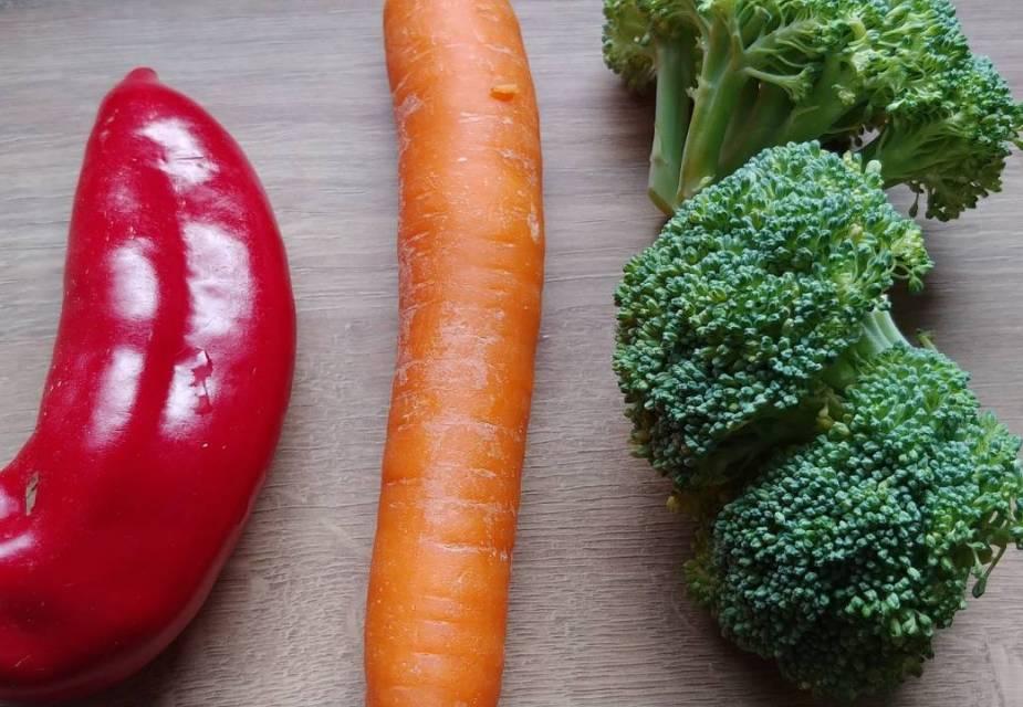 Gemüse für Gemüse-Hack-Spiegelei Domburi: Paprika, Brokkoli und Karotte