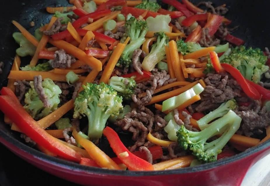 Gemüse und Hackfleisch braten