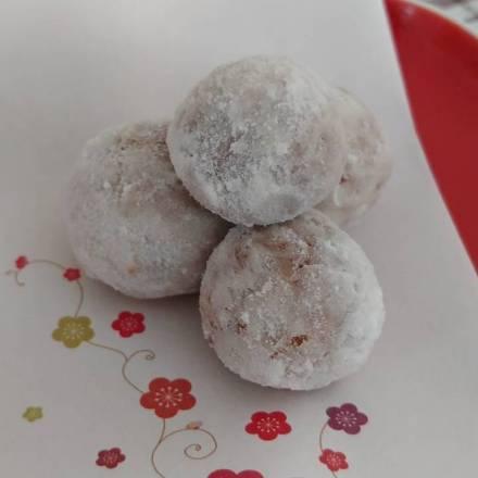 Schneebällchen: gebackene Süßigkeit aus Reismehl