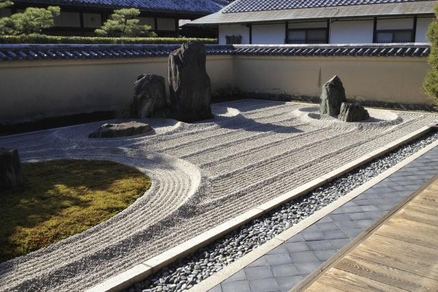 japanischer Steingarten mit Felsen, Kies und Moos