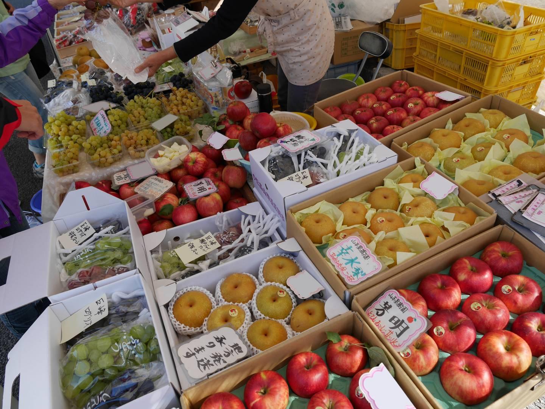 frisches obst auf einem morgenmarkt in takayama