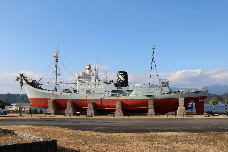 Ein Forschungsschiff am Hafen