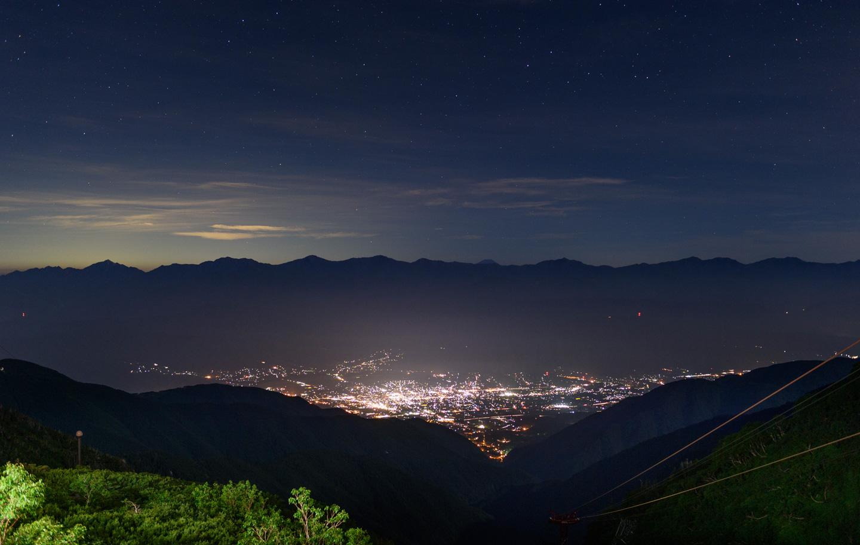 Nächtliches Panorama vom Senjōjiki-Kessel aus, Statdlichter leuchten im Tal