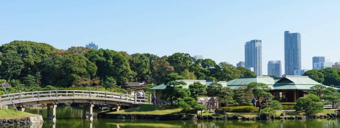 japanischer garten vor wolkenkratzern