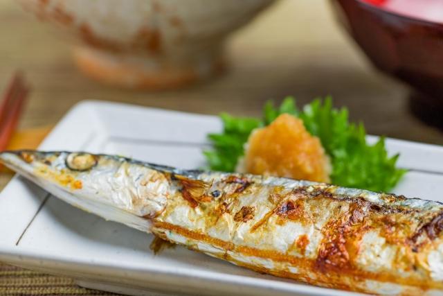 sanma no shioyaki: grillter Makrelenhecht