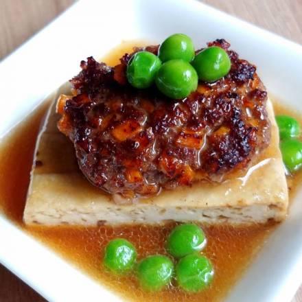 Hackfleisch auf Tofu mit Erbsen