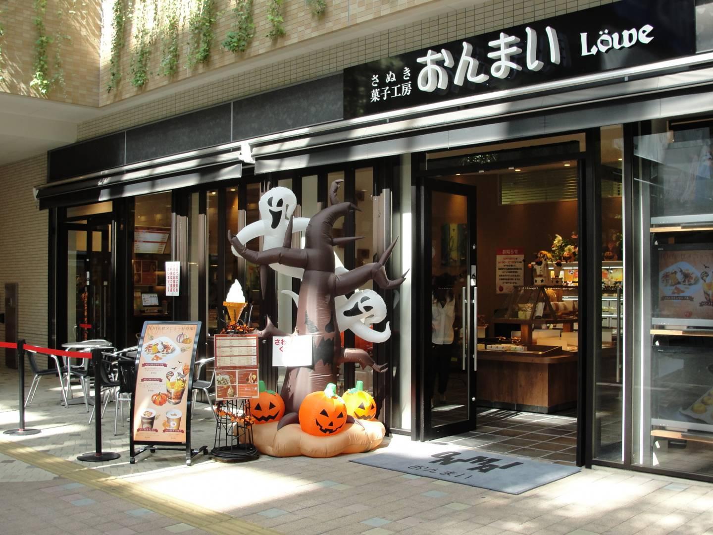 Halloween Dekoration vor einem japanischen Laden