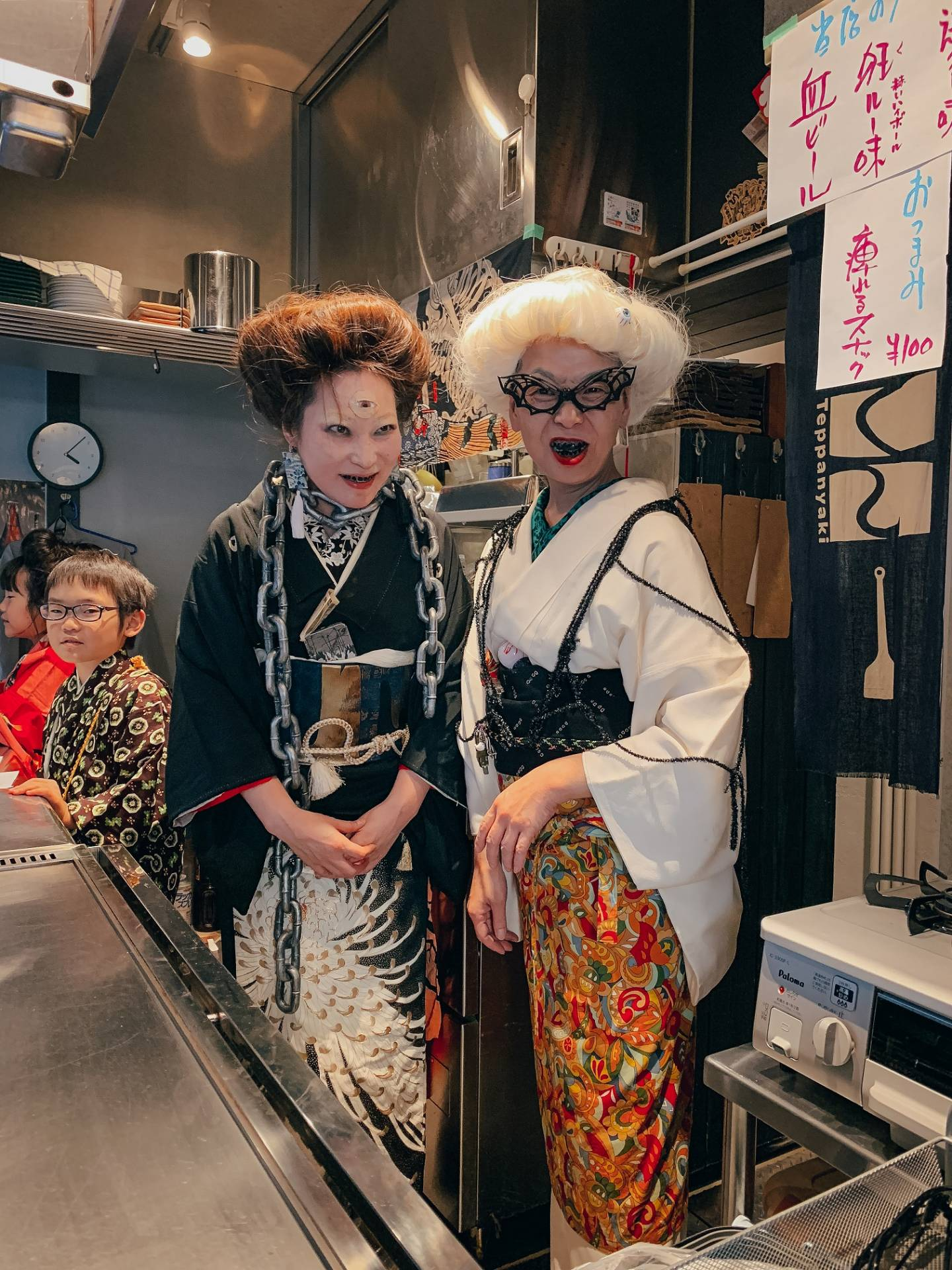 Halloween im Kimono: in einer Bar