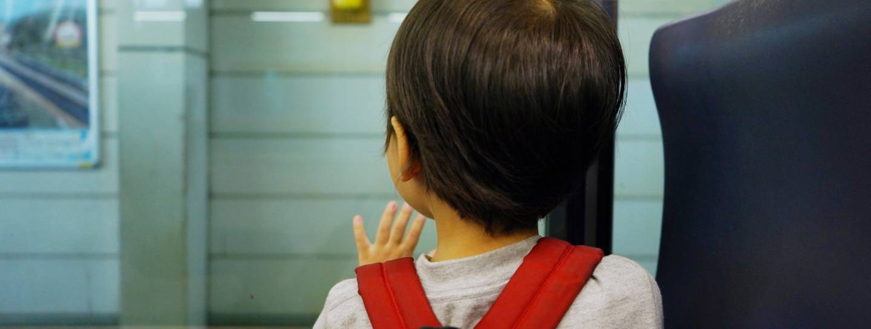 Kind mit Rucksack in Japan