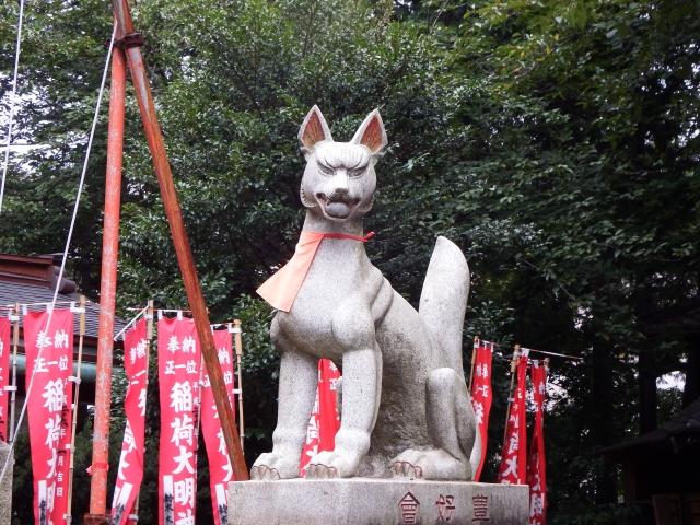 Kitsune-Statue in rotem Latz
