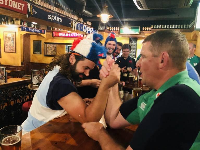 Französische & irische Rugbynationalspieler beim Armdrücken