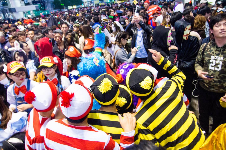 verkleidete Menschenmenge an Halloween in Shibuya