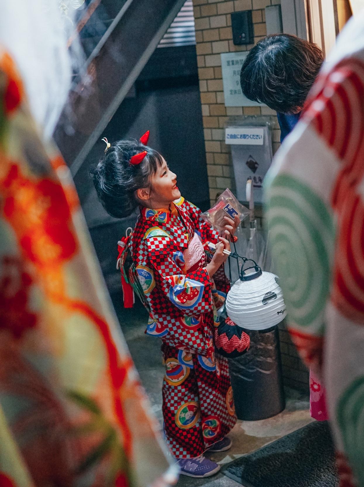 Halloween im Kimono: Kind beim Süßigkeiten sammeln.