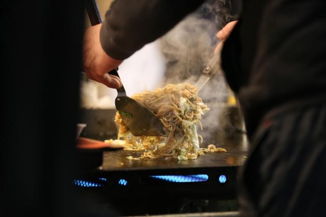 Yakisoba, das auf dem Teppan-Grill zubereitet wird