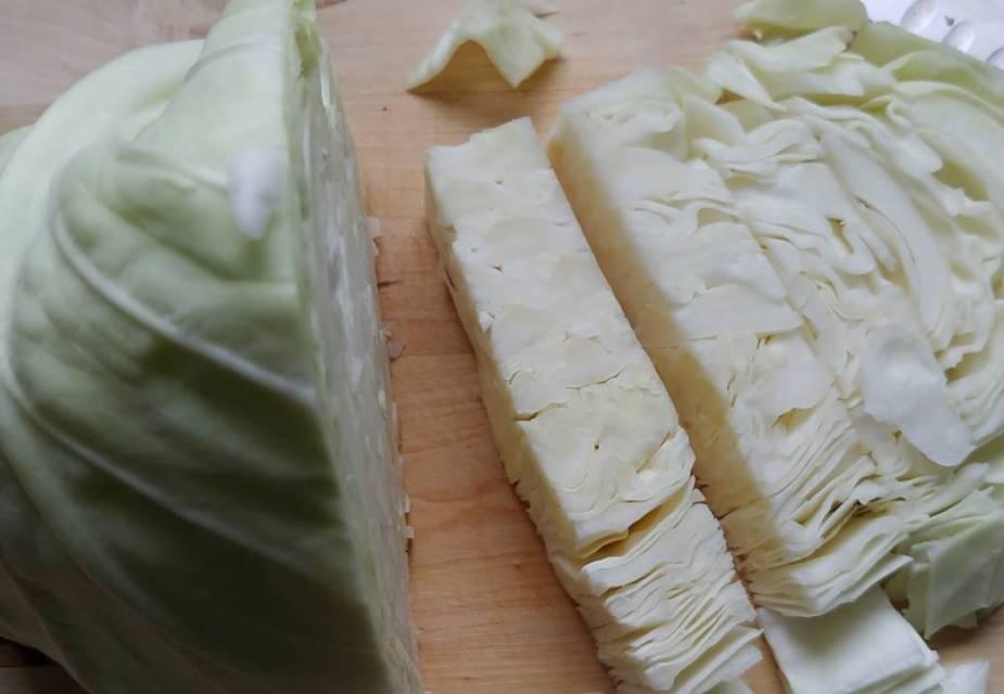 Spitzkohl: Zutat für warmen Kohlsalat mit Miso-Dressing