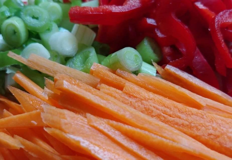 Gemüse für Kiriboshi Daikon Pfanne kleinschneiden