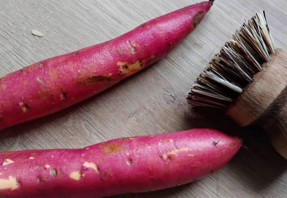 Süßkartoffeln mit Gemüsebürste