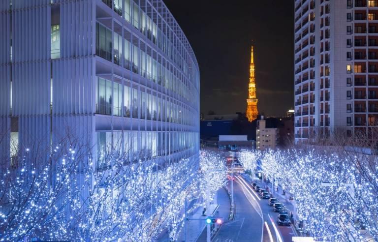 Winterliche Beleuchtung in den Straßen von Tokyo