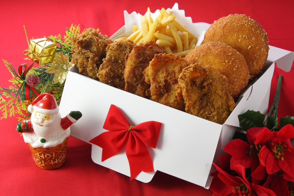 Box mit frittiertem Hähnchen und Weihnachtsdekoration