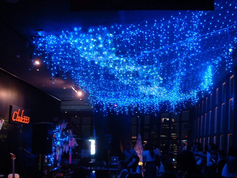 beleuchteter Raum des Club333 in Tokyo