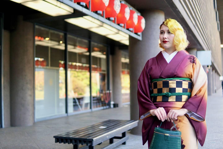Anji Salz im Kimono vor dem Nationaltheater Japan