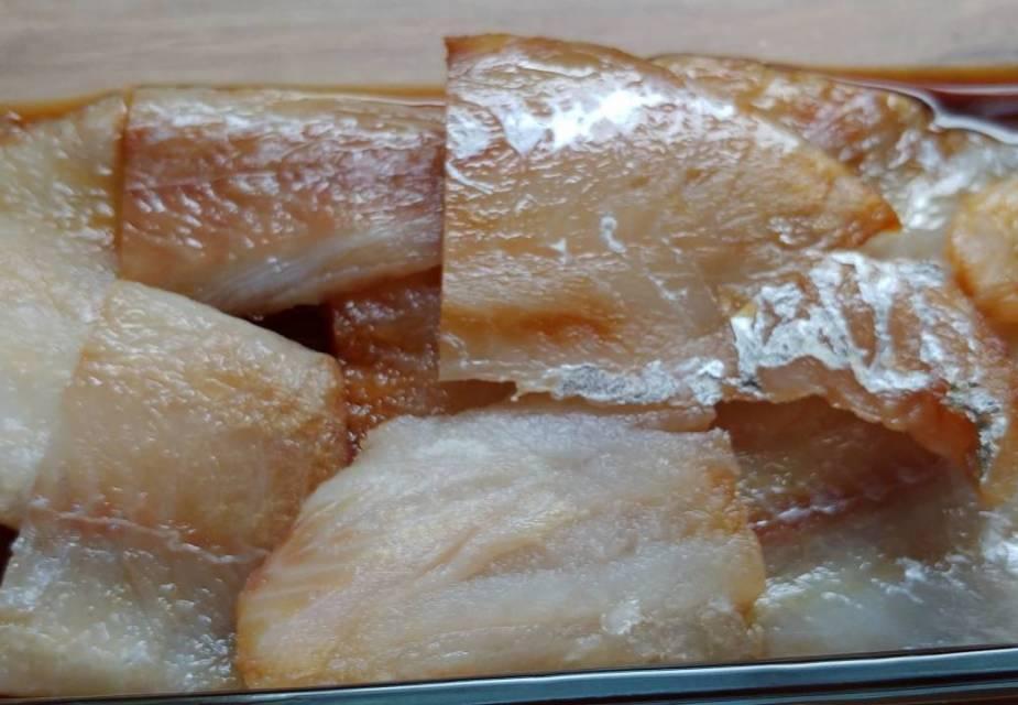 Fischstücke marinieren