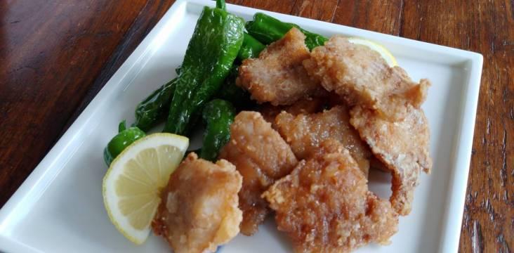 Frittierte Fischhäppchen in japanischer Marinade, mit Pimentos