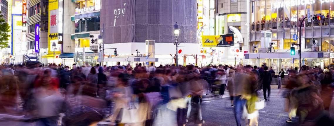 verschwommene Menschenmasse in Tokyo