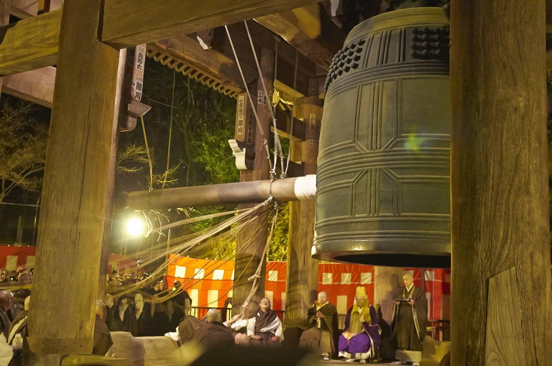 Tempelglocke wird vor Menschenmenge in Japan geläutet
