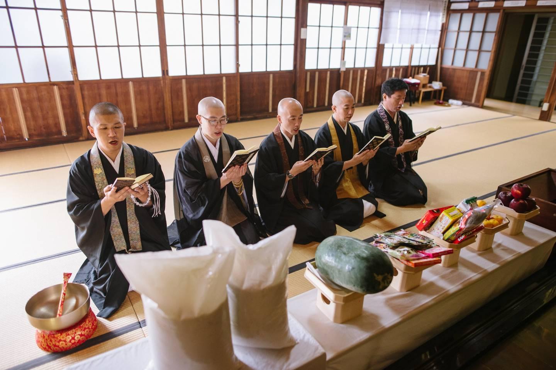 Otera Oyatsu Club: Mönche bieten Buddha die osonae dar.