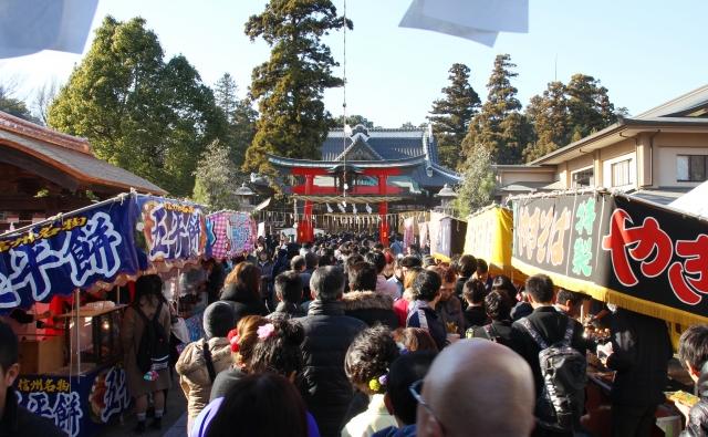 Menschenmenge beim Tempelbesuch in Japan