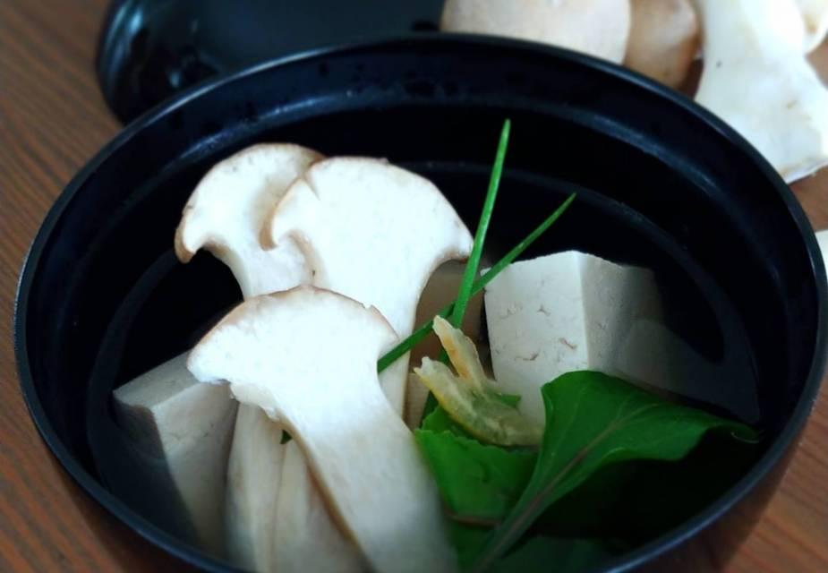 Tofu-Suppe mit Pilzen
