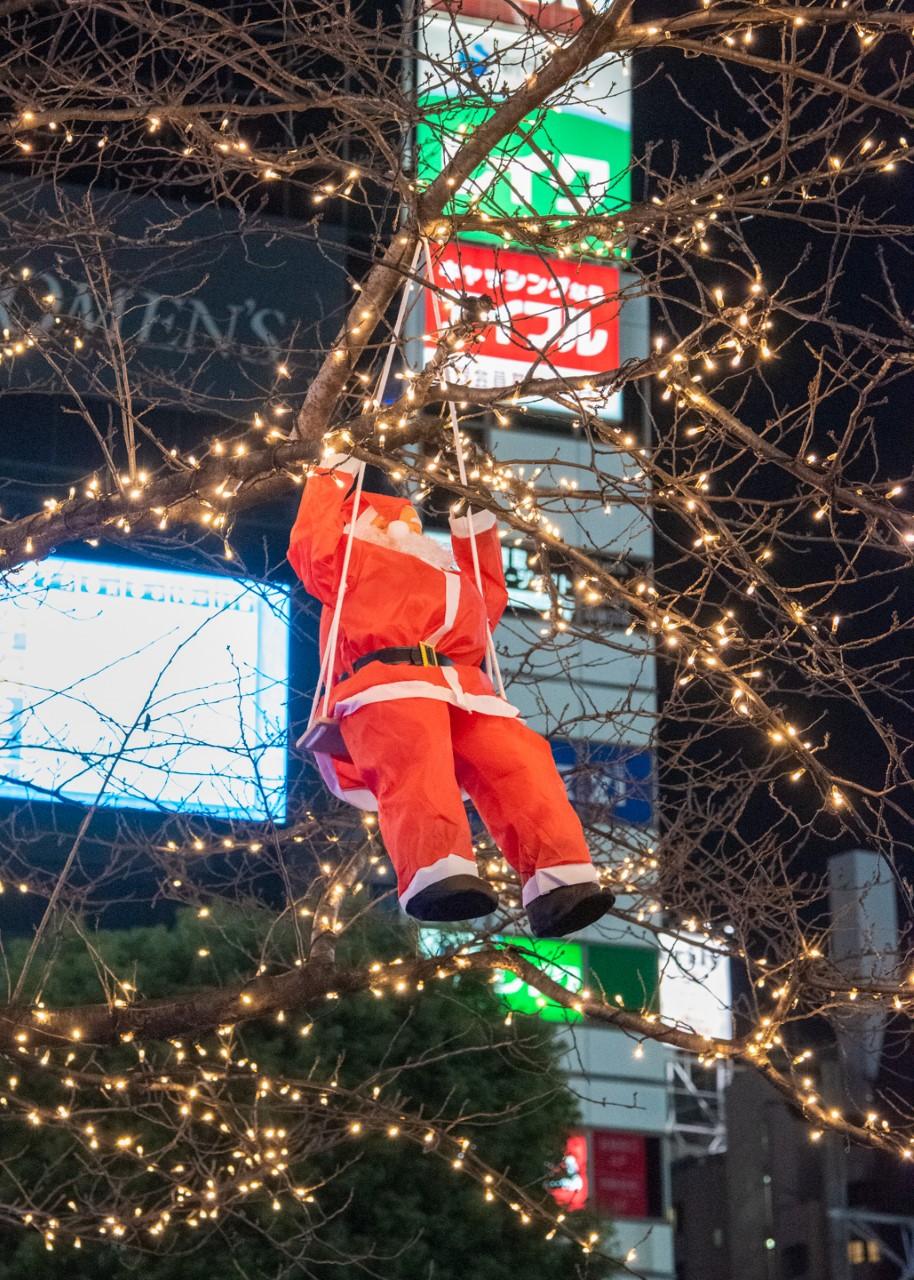 Weihnachtsmann-Dekoration an einem Baum in Shibuya