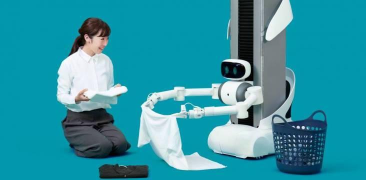 Haushaltsroboter ugo beim Wäsche falten