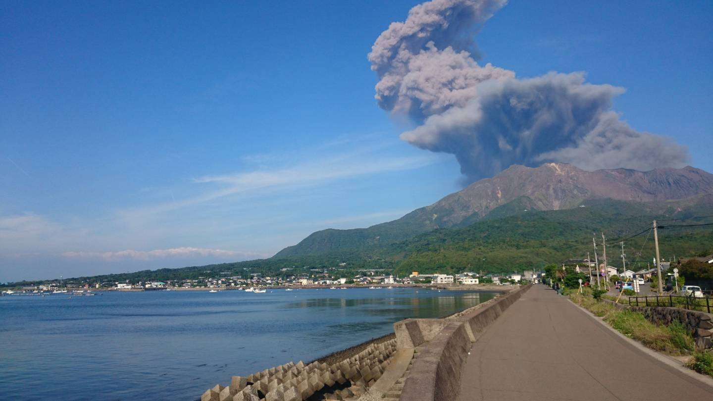 Kagoshima-Stadt mit Blick auf den aktiven Sakura-jima-Vulkan