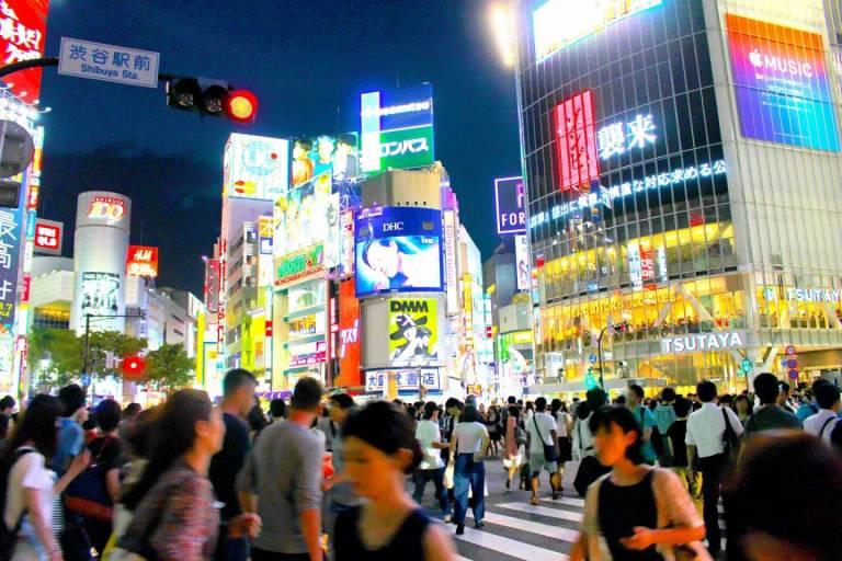 Shibuya-Kreuzung bei Nacht