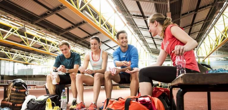 Yakult am Olympiastützpunkt Bayern: Sportler auf der Bank beim Yakult trinken